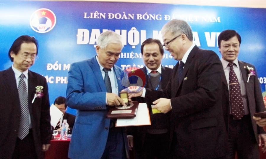 Các lãnh đạo, cá nhân xuất sắc nhận kỷ niệm chương VFF, AFC tại ĐH LĐBĐVN khóa VII