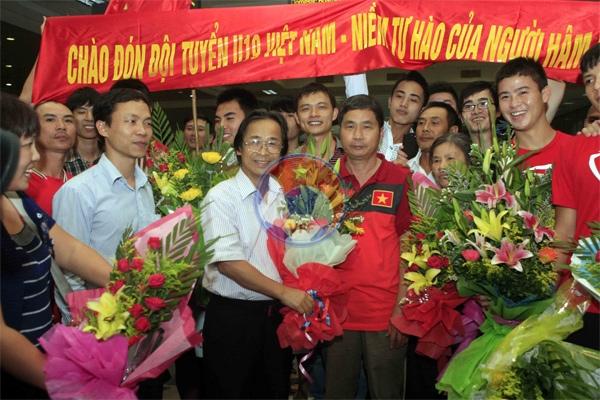 Giành quyền lọt vào VCK U19 Châu Á 2014, Đội tuyển U19 Việt Nam trở về trong sự chào đón của người