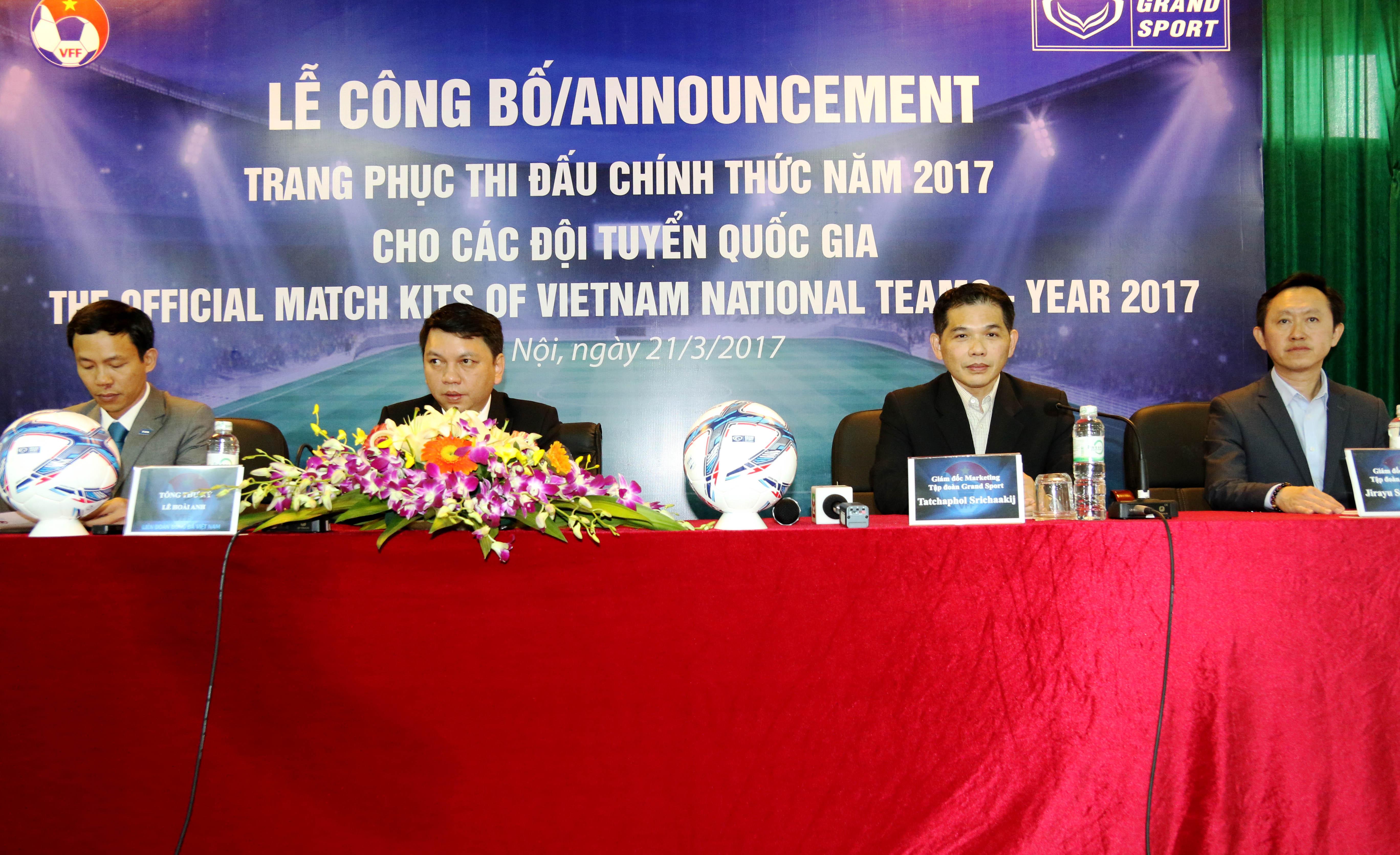 Chùm ảnh tại Lê công bố trang phục thi đấu chính thức năm 2017 cho các đội tuyển Quốc Gia