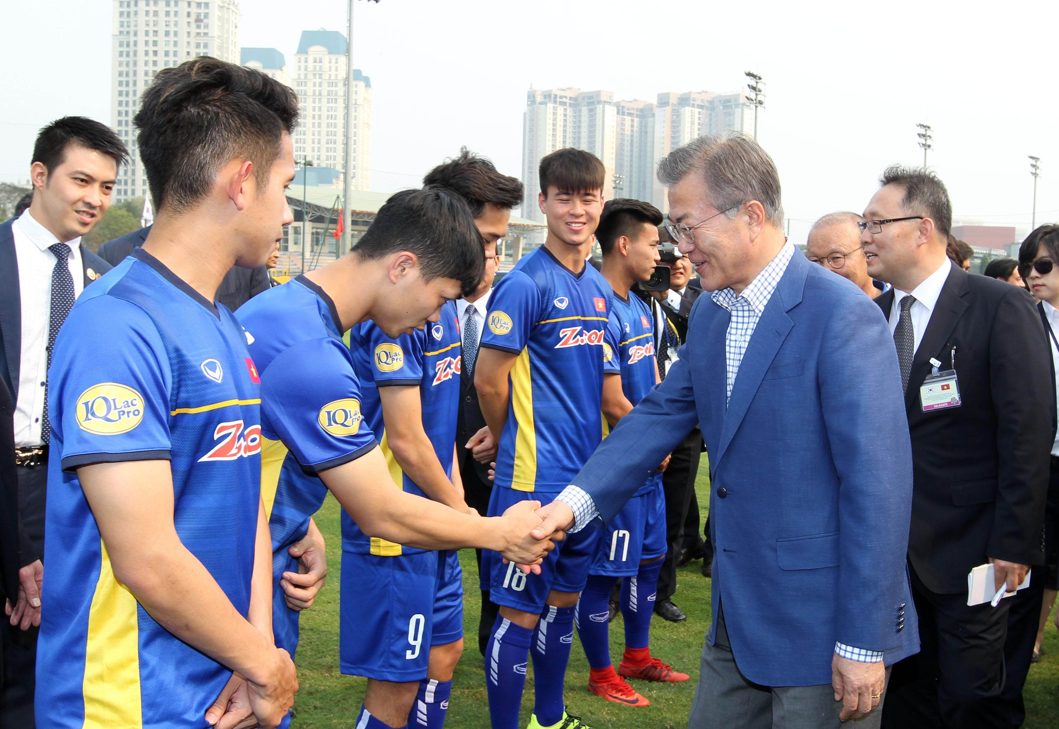 Chùm ảnh Tổng thống Hàn Quốc Moon Jae-in thăm và giao lưu với ĐT U23 QG Việt Nam tại sân cỏ số 3 - Trung tâm đào tạo bóng đá trẻ Việt Nam