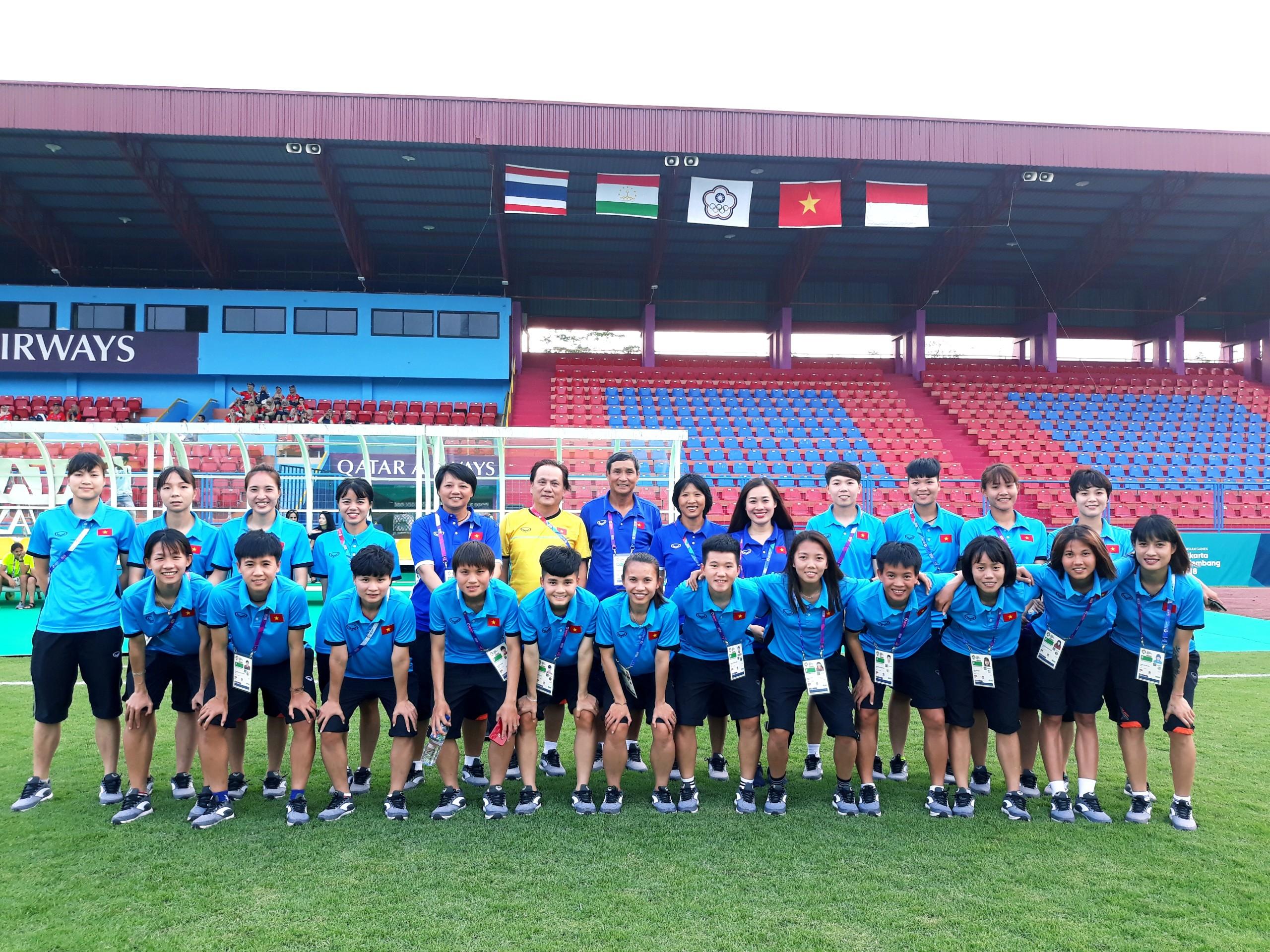 Chùm ảnh ĐT nữ Việt Nam ổn định chỗ ở, làm quen bóng thi đấu trong buổi tập đầu tiên (14/8)