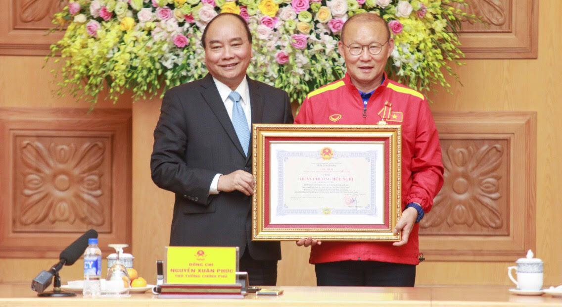 Image result for Đại diện Ban Huấn luyện và Đội tuyển Việt Nam trân trọng tặng Thủ tướng trái bóng sử dụng tại AFF Cup 2018. Ảnh: VGP/Quang Hiếu