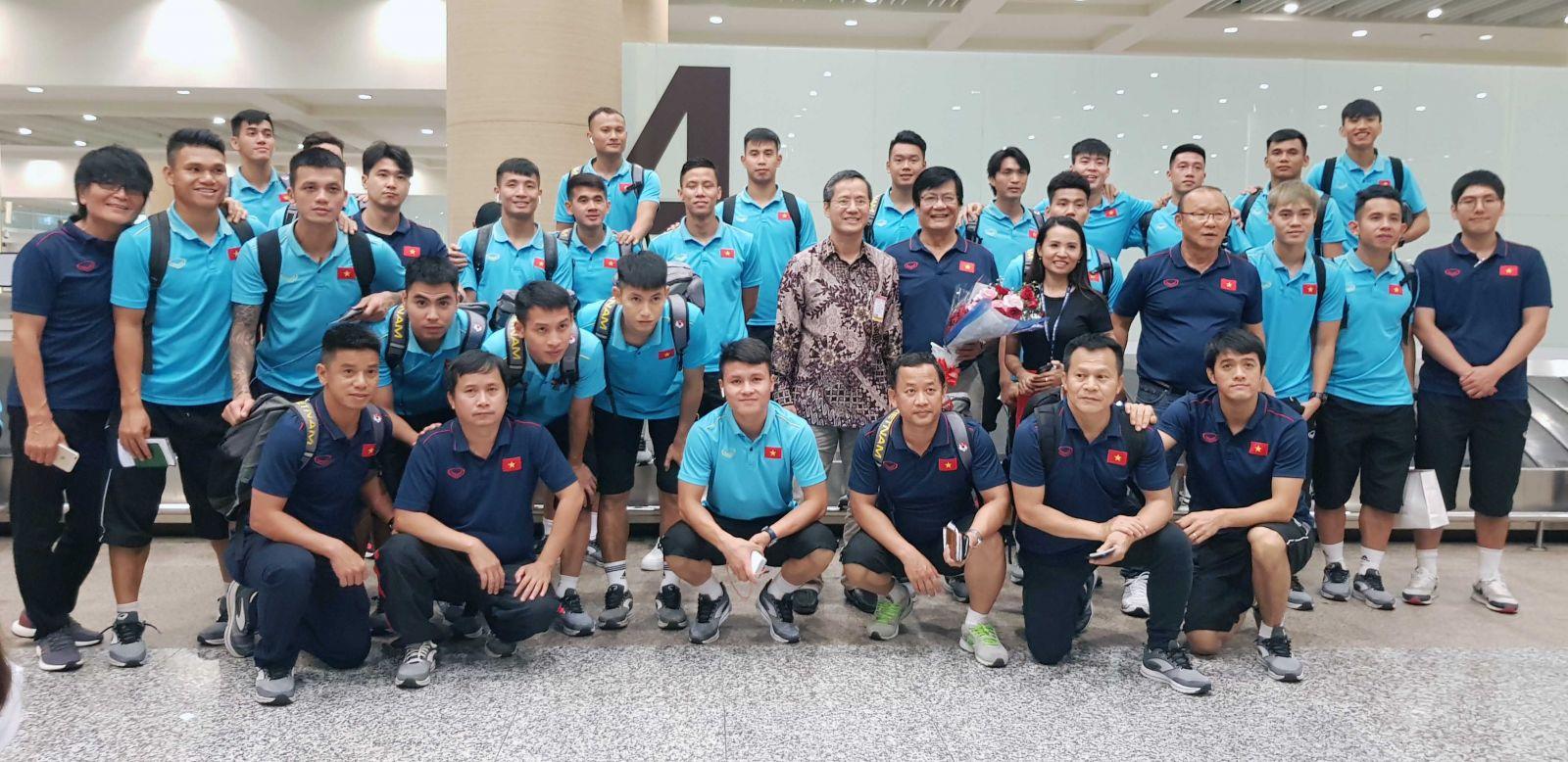 Đại sứ Phạm Vinh Quang ra sân bay đón và tặng hoa chúc mừng đội tuyển