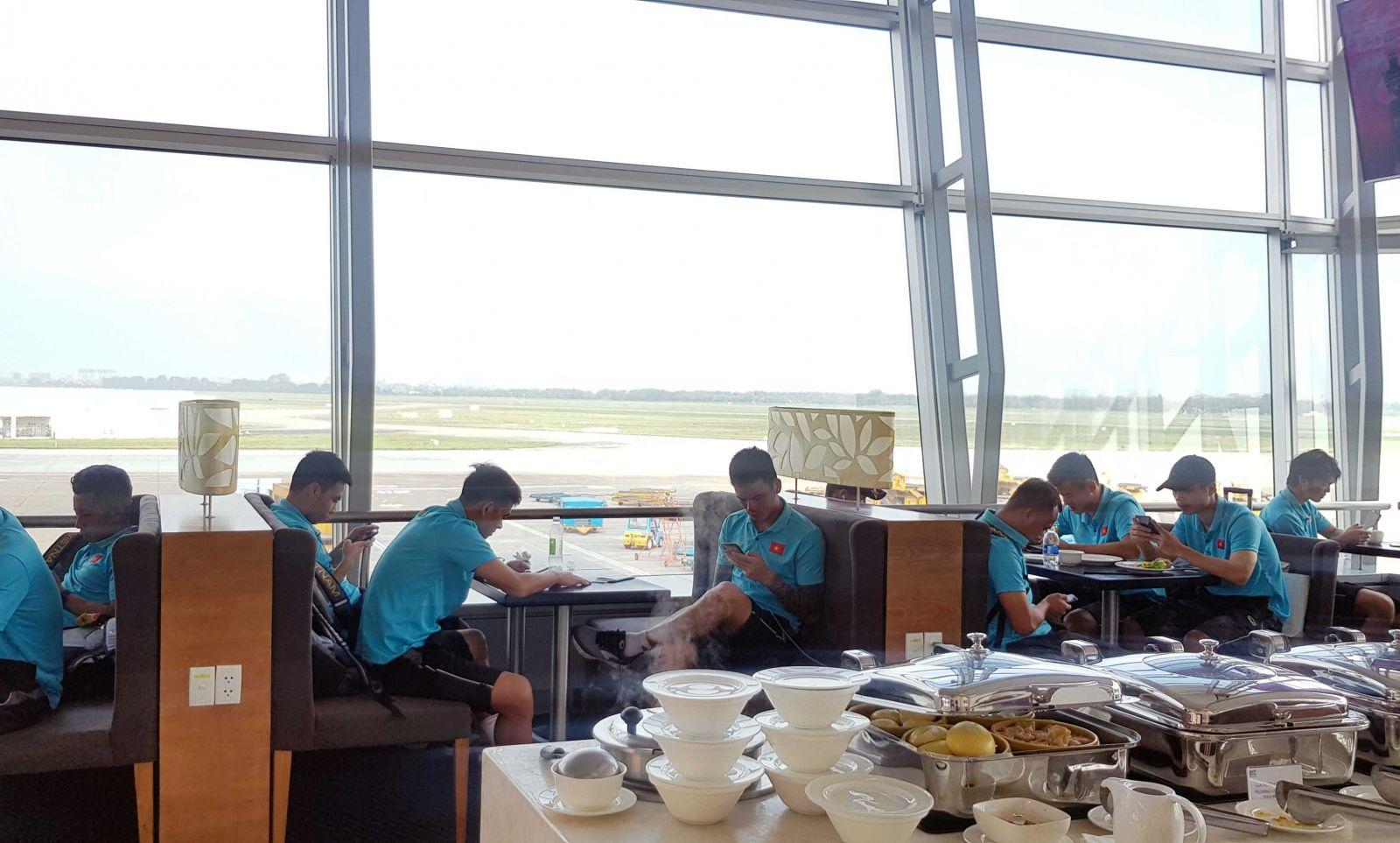 Thầy trò HLV Park Hang-seo tại phòng chờ thương gia tại sân bay.