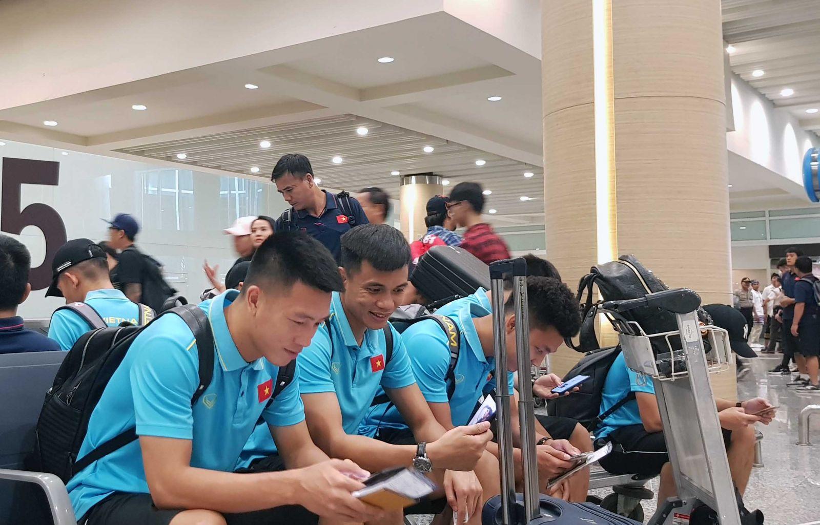 Các tuyển thủ tại sân bay Bali.