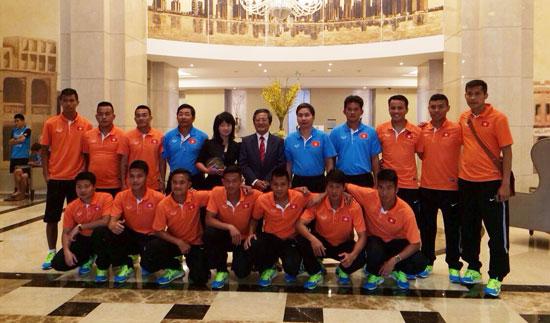 Đại sứ đặc mệnh toàn quyền Việt Nam tại Qatar thăm và động viên ĐT bóng đá bãi biển Việt Nam