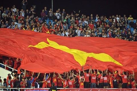 CĐV Việt Nam mang đại kỳ sang cổ vũ đội nhà