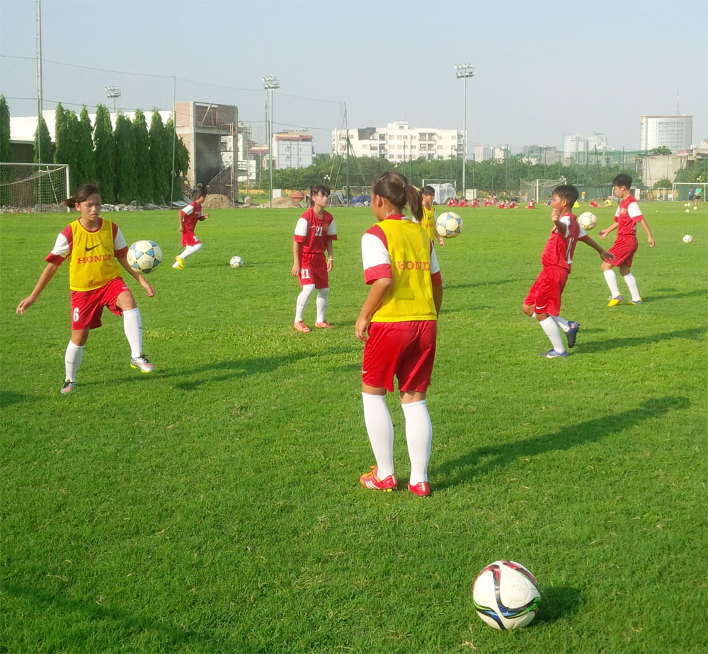 Đội tuyển U14 nữ Quốc gia hào hứng tập luyện trên sân