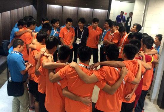 HLV Toshiya Miura xúc động trong khoảnh khắc nói lời cảm ơn các học trò