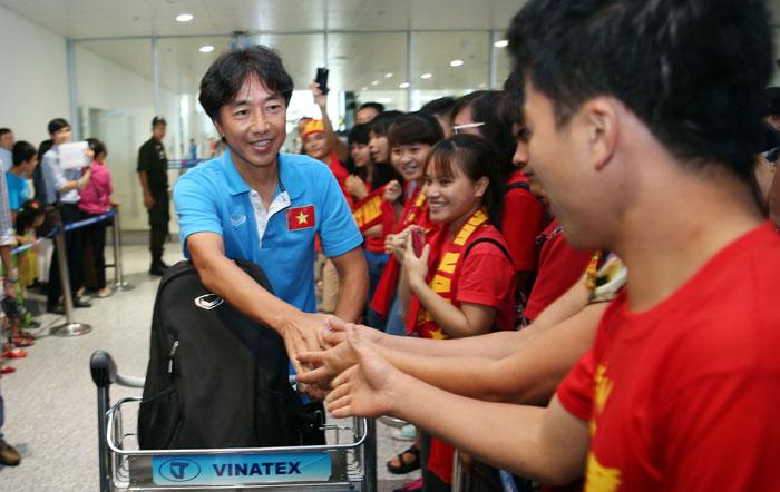 ĐT U23 Việt Nam trở về trong vòng tay của đông đảo người hâm mộ
