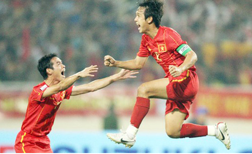 Lãnh đạo VFF tặng quà lưu niệm cho cựu tuyển thủ ĐTQG Nguyễn Minh Phương