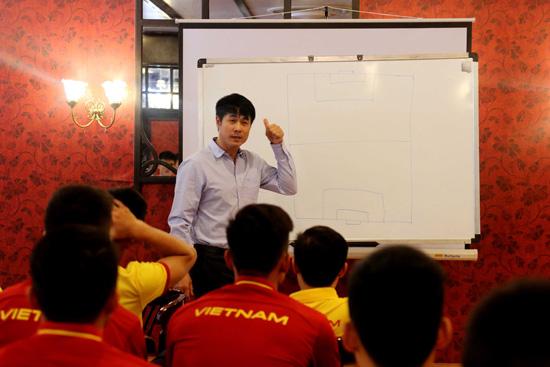 """Thầy trò HLV Nguyễn Hữu Thắng """"mổ băng"""" soi đối thủ, quyết tâm cho trận gặp Iraq"""