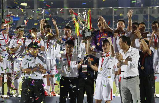 Thắng Singapore 3-0, ĐT Việt Nam vô địch Aya Bank Cup 2016