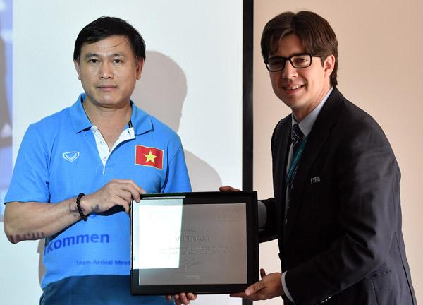 FIFA trao danh vị chứng nhận tham dự VCK Futsal World Cup cho ĐT Việt Nam