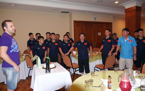 Bác sĩ Chavito của Tuyển futsal Việt Nam xúc động rơi lệ trong ngày sinh nhật