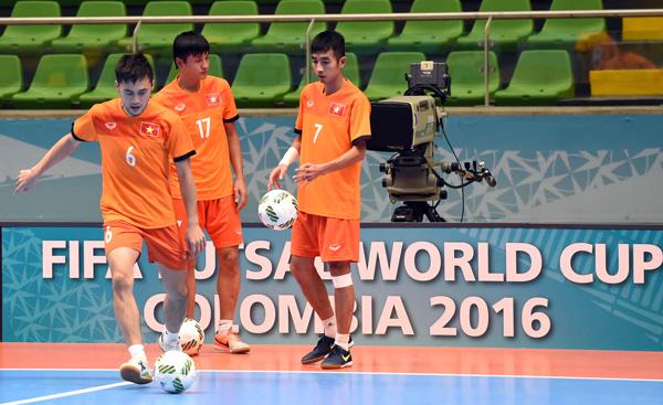 Tuyển Futsal Việt Nam đã có mặt tại Medellin sau hơn nửa ngày di chuyển