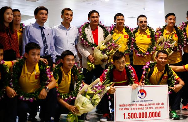 ĐT Futsal Việt Nam về nước, kết thúc hành trình lịch sử tại FIFA Futsal World Cup 2016