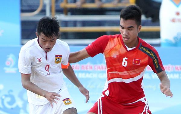 Chủ tịch VFF Lê Hùng Dũng chúc mừng ĐT bóng đá bãi biển Việt Nam ra quân thắng lợi