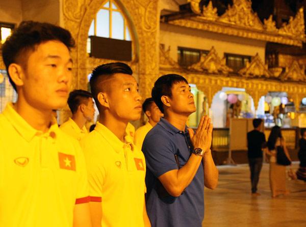 ĐT Việt Nam thăm chùa Vàng, mong vạn sự hanh thông tại AFF Suzuki Cup 2016