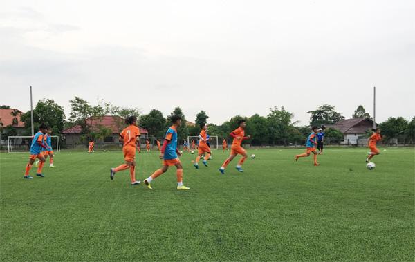 Giải U15 nữ ĐNA 2017: Đội tuyển Việt Nam hứng khởi trong buổi tập làm quen sân