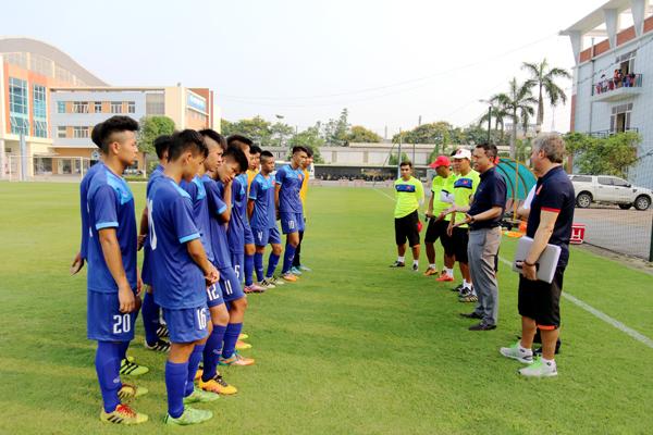Lãnh đạo VFF động viên ĐT U15 Việt Nam tại buổi tập đầu tiên