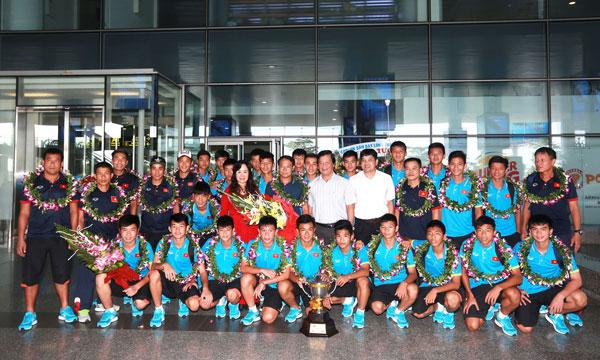 Đội tuyển U15 về nước trong sự hân hoan