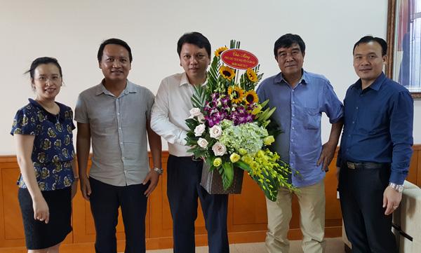 VFF tặng hoa Đại tá, PCT Nguyễn Xuân Gụ và  Trưởng ban BĐPT Lê Nguyên Hồng nhân ngày 27/7