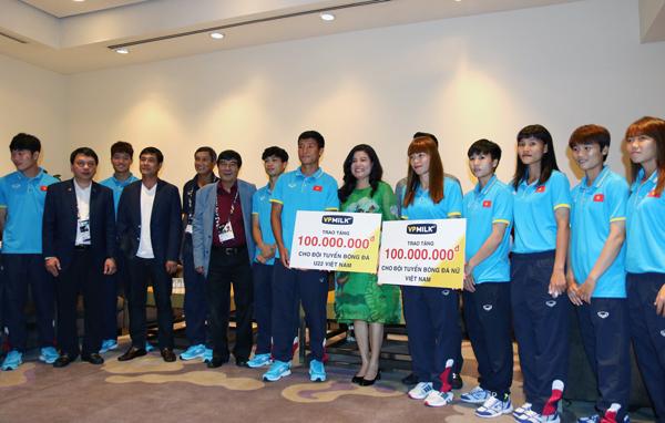 Nhà tài trợ VPMilk gặp gỡ động viên và tặng quà ĐT U22, ĐT nữ Việt Nam
