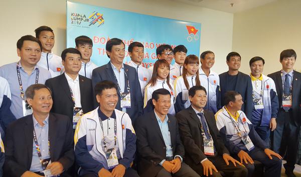 Bộ trưởng Nguyễn Ngọc Thiện truyền thêm sự tự tin cho ĐT U22 và ĐT nữ Việt Nam