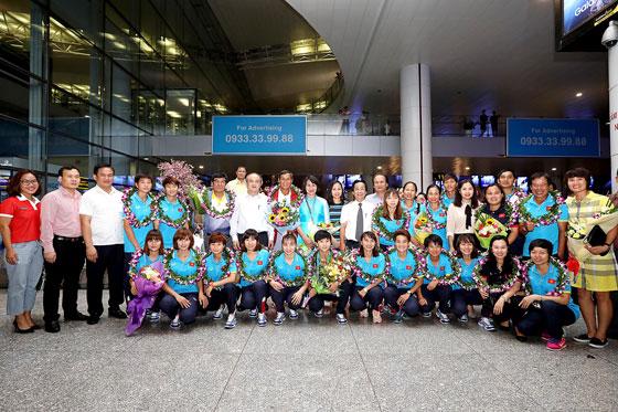 Đội tuyển bóng đá nữ về nước trong niềm hân hoan