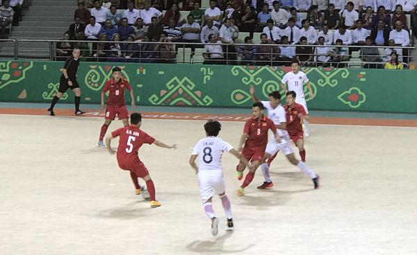Thắng đậm Hong Kong (TQ), ĐT futsal Việt Nam trở lại cuộc đua vào tứ kết