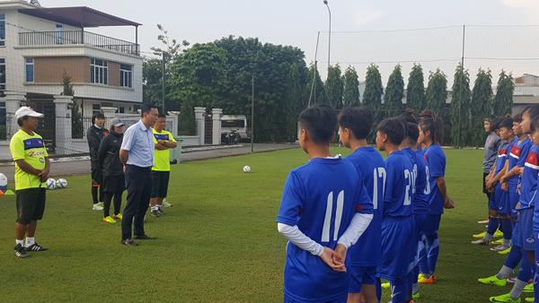 Phó Chủ tịch thường trực VFF Trần Quốc Tuấn thăm và động viên ĐT U19 nữ Quốc gia