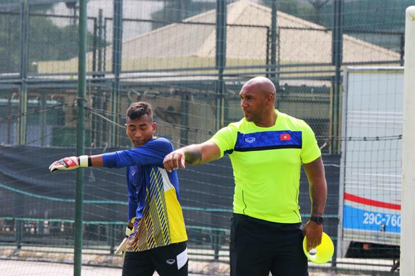Cựu thủ thành ĐT xứ Wales rèn giũa vị trí trấn giữ khung thành cho U19 Việt Nam