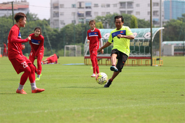 """HLV trưởng Vũ Bá Đông: """"Các cầu thủ đã sẵn sàng bước vào VCK U19 nữ châu Á 2017"""""""