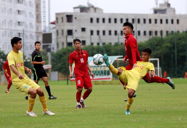 HLV Hoàng Anh Tuấn cảnh báo học trò khi để thua đậm Hà Nội trong trận đấu tập