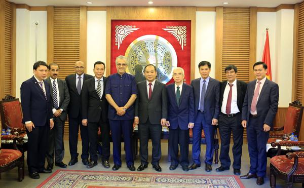 Thứ trưởng Bộ VH-TT-DL Lê Khánh Hải tiếp Chủ tịch AFC Ebrahim Al Khalifa