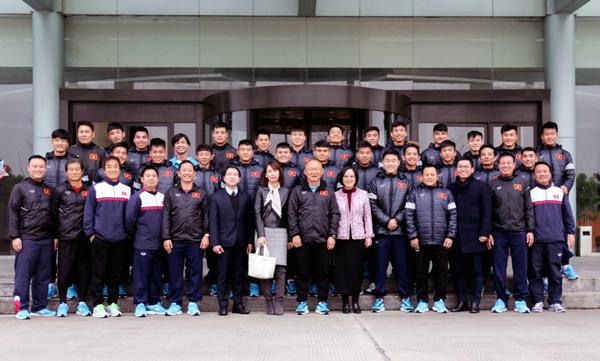 Tổng lãnh sự quán Việt Nam tại Thượng Hải thăm và động viên ĐT U23 Việt Nam