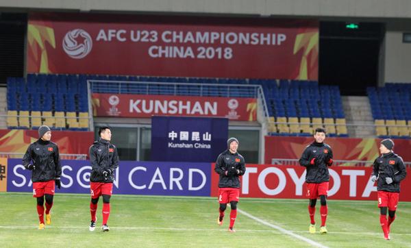 Thầy trò HLV Park Hang-seo làm quen mặt sân thi đấu, sẵn sàng cho trận ra quân gặp U23 Hàn Quốc