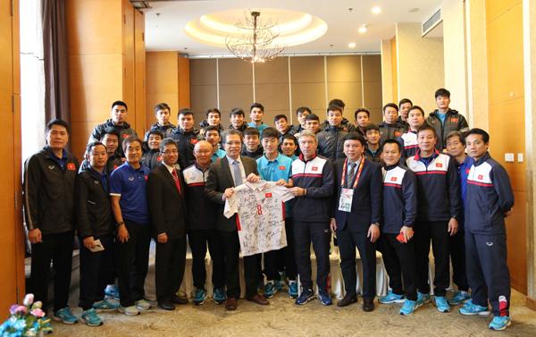 Đại sứ đặc mệnh toàn quyền Việt Nam tại Trung Quốc thăm và động viên ĐT U23 Quốc gia