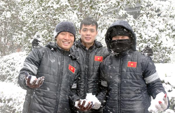 U23 Việt Nam thích thú làm quen với tuyết, BHL lo ngại mặt sân