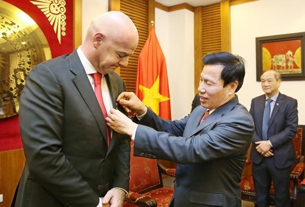 Bộ trưởng Nguyễn Ngọc Thiện trao Kỷ niệm chương vì sự nghiệp VHTTDL cho Chủ tịch FIFA