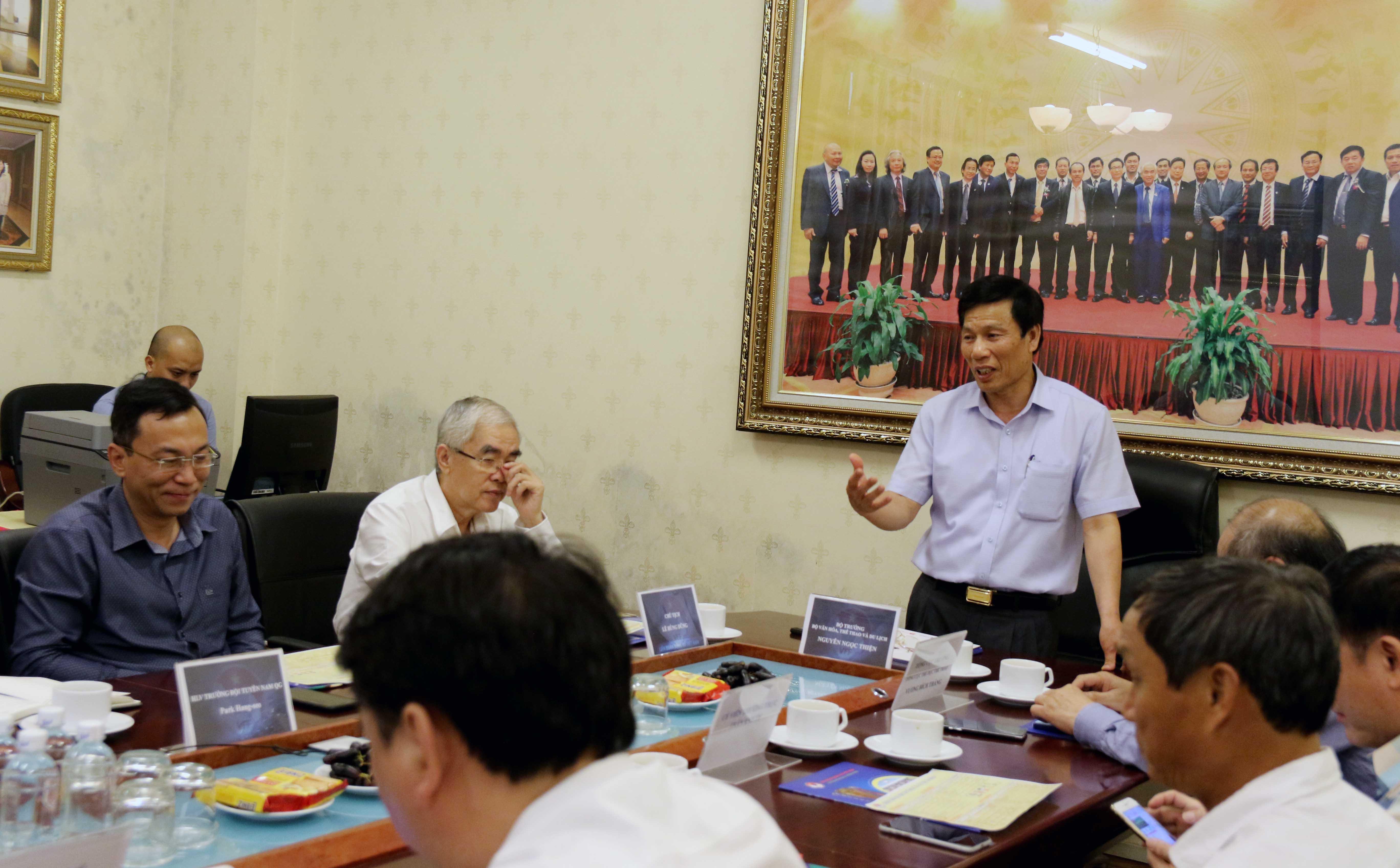 Bộ trưởng Nguyễn Ngọc Thiện làm việc với lãnh đạo VFF và HLV trưởng các đội tuyển