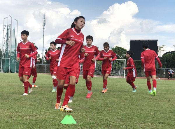 Đội tuyển nữ Việt Nam hứng khởi trên sân tập, chuẩn bị cho trận với Singapore