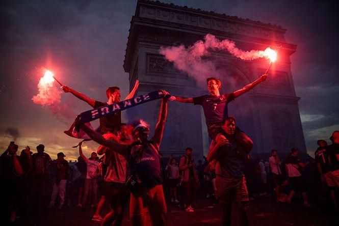 Vô địch World Cup, CĐV Pháp phủ kín Khải Hoàn Môn ăn mừng