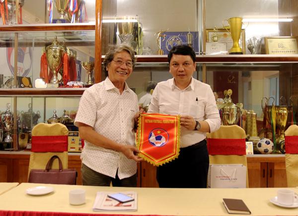 Nhạc sỹ Phó Đức Phương tặng bóng đá Việt Nam 3 bài hát