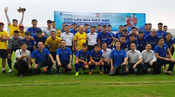 Lãnh đạo VinaPhone thăm và tặng quà U23 Việt Nam