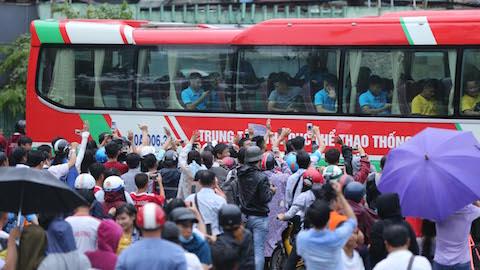 Hàng ngàn khán giả đội mưa chúc Olympic Việt Nam thi đấu thành công