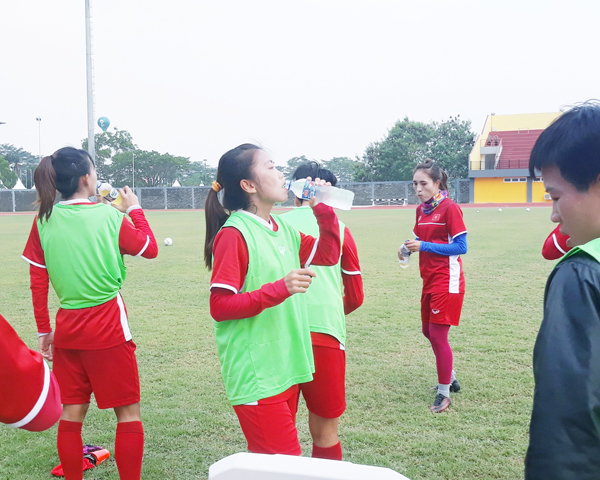 [Chùm ảnh] ĐT nữ Việt Nam thoải mái trên sân tập trước trận gặp Đài Bắc Trung Hoa