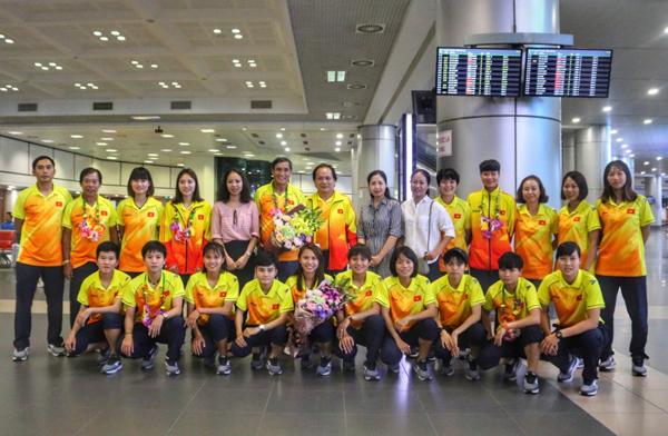 [Chùm ảnh] Đội tuyển nữ Việt Nam có mặt tại Việt Nam sau hành trình quay về từ Asiad 2018