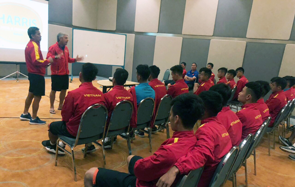 HLV Hoàng Anh Tuấn truyền lửa cho các học trò trước trận ra quân